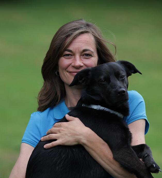 Tierarzt Dr. Ina Hipp - Mobile Tierarztpraxis für Kleintiere rund um den Starnberger See - Hund auf dem Arm